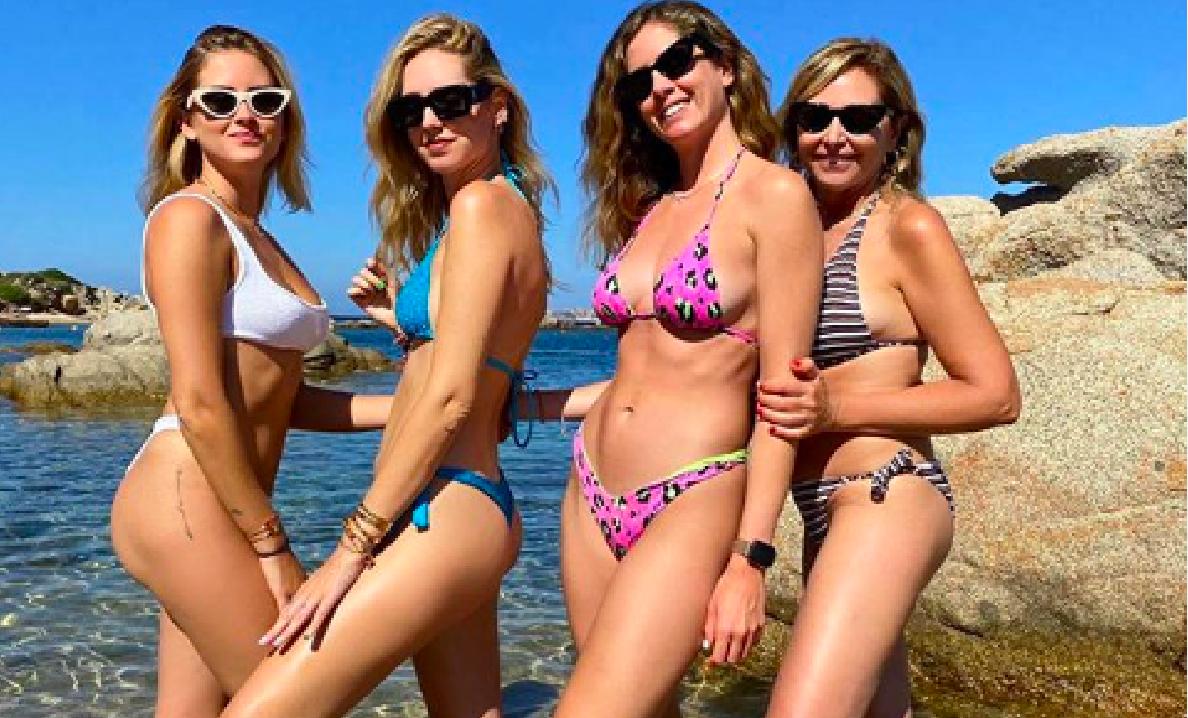 """""""La mamma vi batte tutte"""". Chiara Ferragni, lo scatto rovente con madre e sorelle tutte in bikini"""