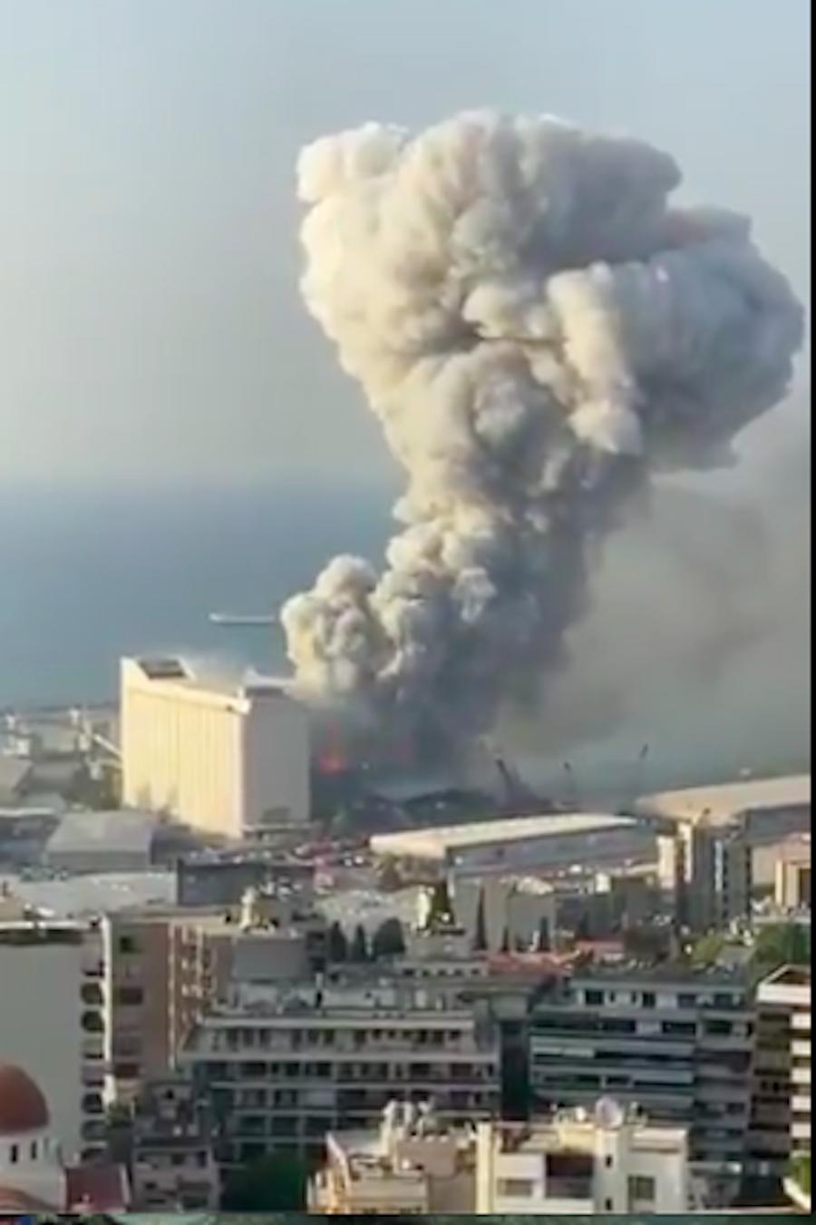 Esplosioni nel centro della città, palazzi distrutti, feriti e fumo: i video