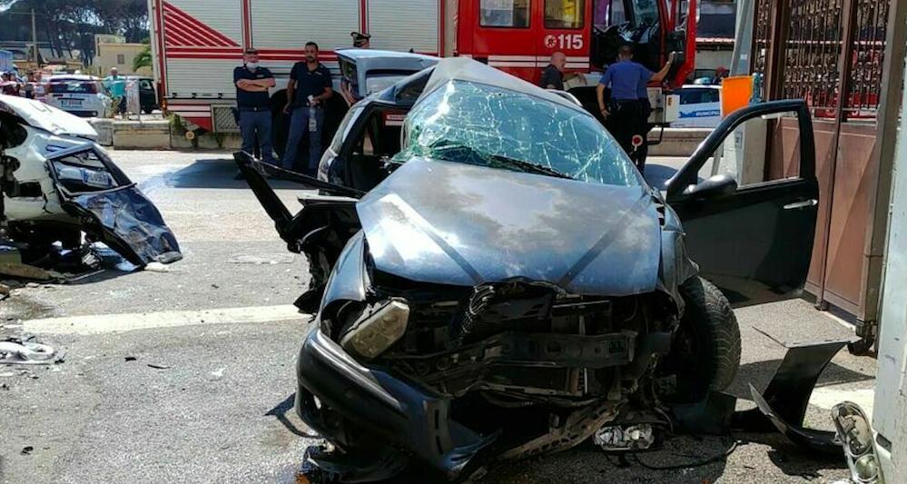 Brutto incidente a Porta di Roma: scontro violento tra due auto, una si cappotta