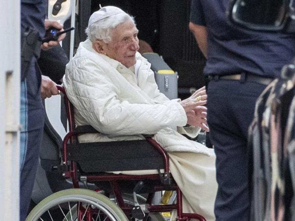 """""""Una cosa seria"""". Benedetto XVI, l'ultima preoccupante notizia sulle sue condizioni. È successo tutto dopo la morte del fratello"""