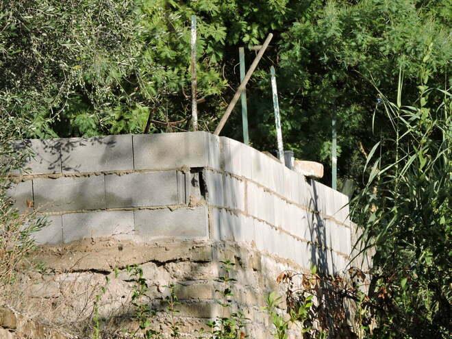 Aldo, 52 anni, perde l'equilibrio e muore infilzato nella recinzione di casa
