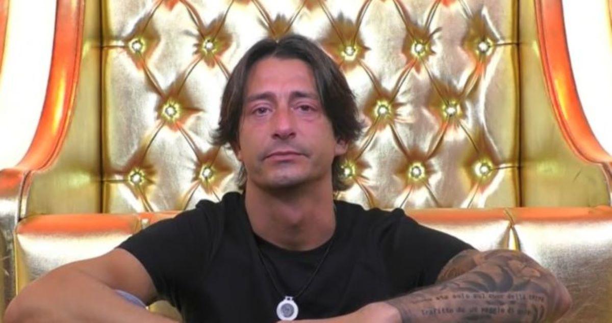 GF Vip, Francesco Oppini in lacrime davanti alle telecamere. È difficile dargli torto