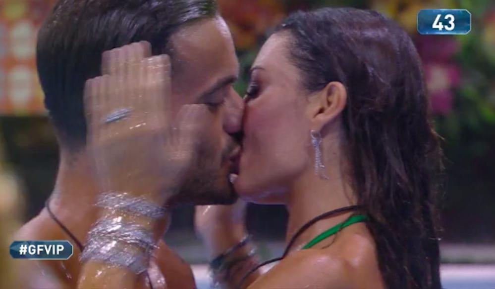"""""""Senza freni"""". Elisabetta Gregoraci, sauna hot al GF Vip. Tutti notano le sue mani e il web esplode"""