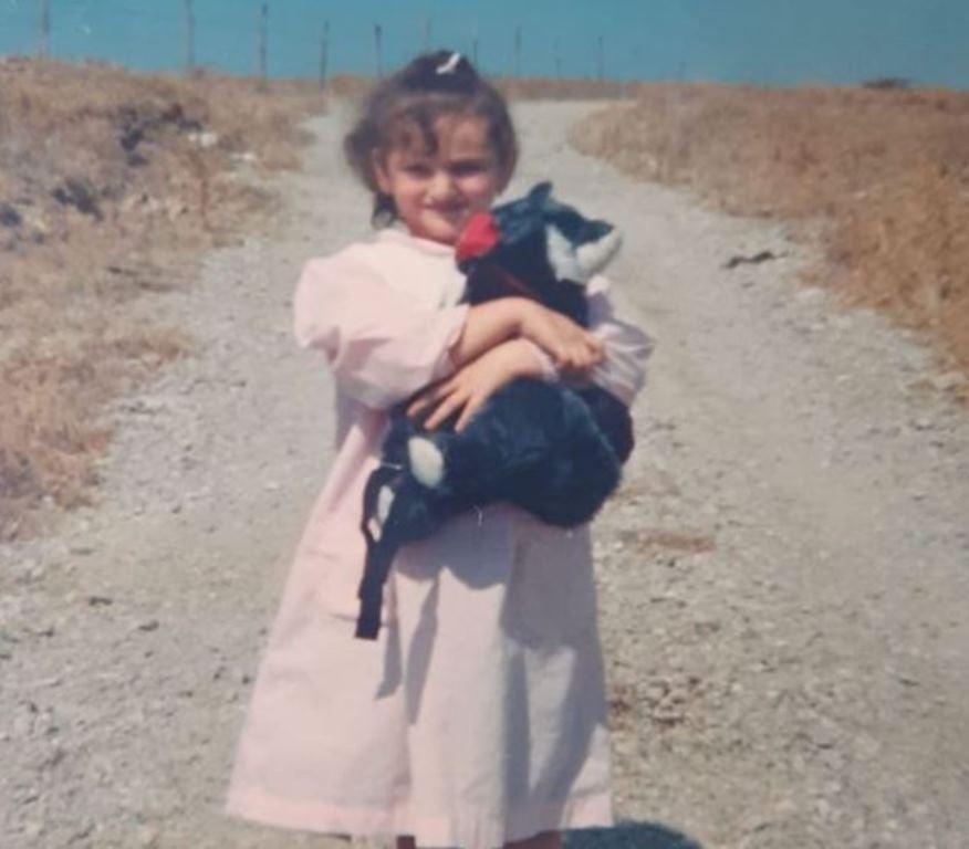 """Grembiule rosa e zainetto: ecco la cantante da bambina. """"Una vita fa iniziavo anche io"""""""