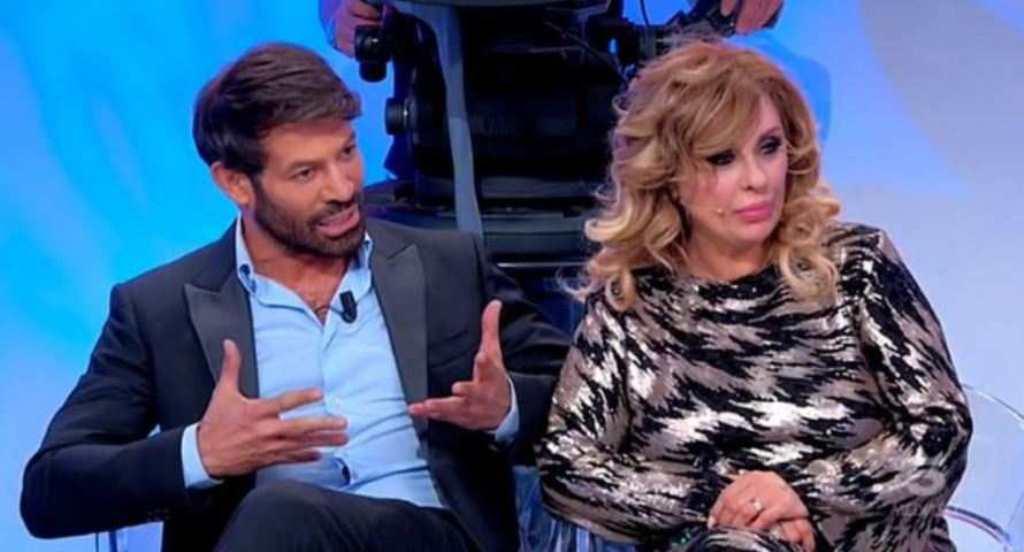 """UeD, Gianni Sperti sgancia la bomba: """"Rapporti intimi nel parcheggio degli studi"""""""