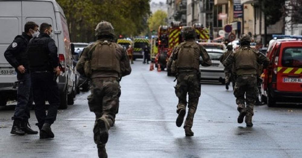 Parigi |  torna l'incubo terrorismo |  accoltellati fuori la ex sede di Charlie Hebdo