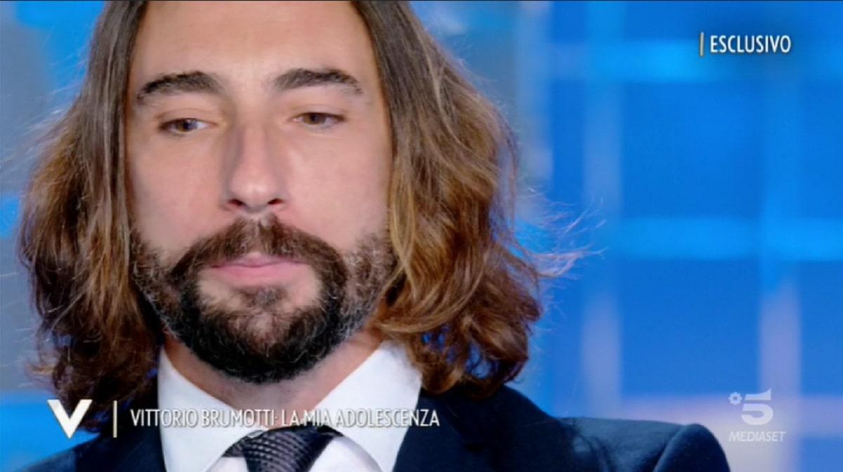 """""""Cosa mi è successo"""". Verissimo, Vittorio Brumotti si confessa a Silvia Toffanin. Con gli occhi pieni di lacrime racconta una vicenda straziante del suo passato"""