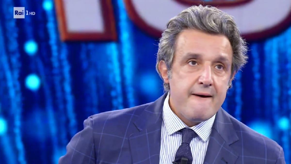 Flavio Insinna sconvolto, cosa gli scappa di bocca: ghigliottina? Un clamoroso trionfo a L