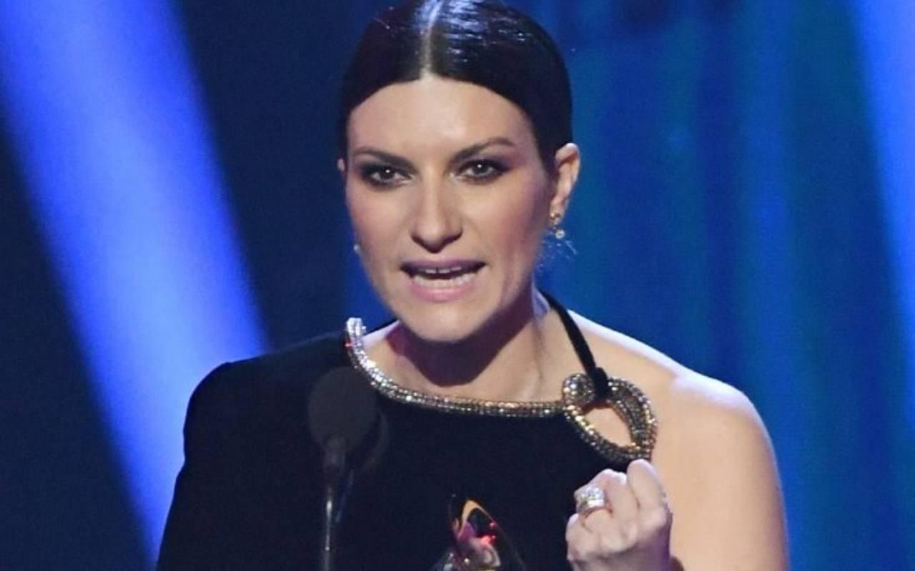 """""""Proprio non so…""""  Polemica su Laura Pausini    il commento su Maradona fa esplodere un caso"""