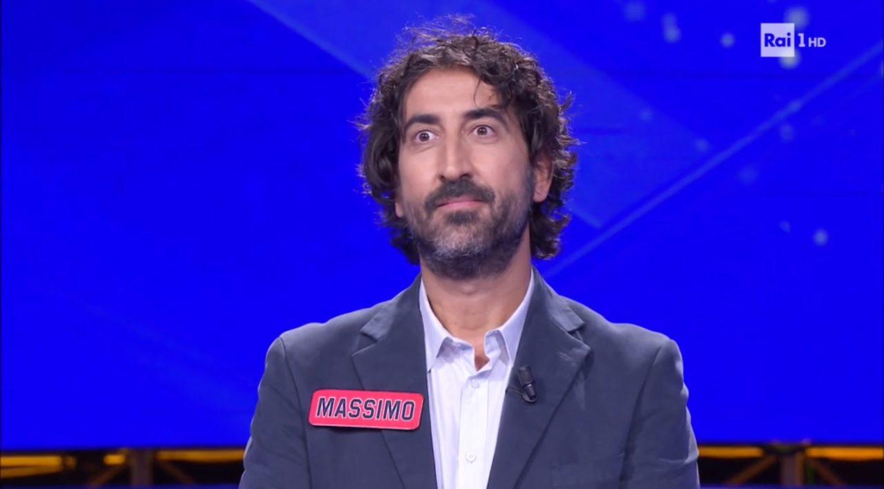 """""""Fuori da qui…"""". L'eredità, il campione Massimo confessa un aspetto della sua vita molto triste. Flavio Insinna resta di sasso: """"Uno come te…"""""""
