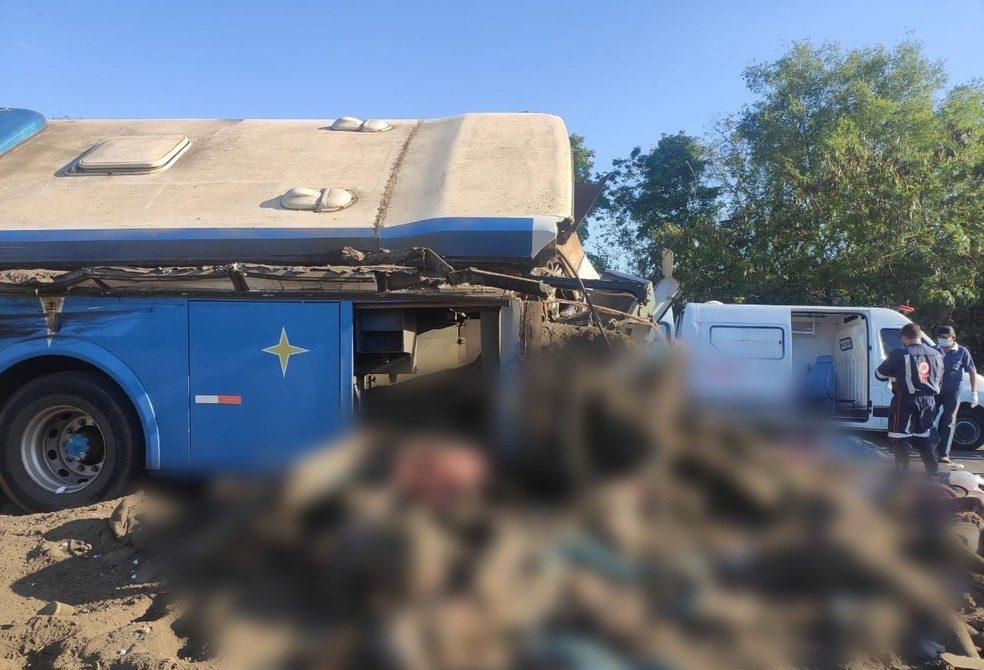 Frontale choc in autostrada |  40 morti |  decine di feriti e persone ancora incastrate tra le lamiere