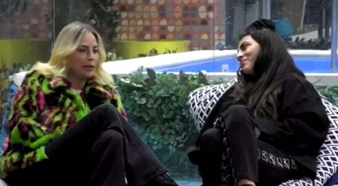 """Stefania Orlando sempre con questa pelliccia colorata al GF Vip: ecco quanto costa il suo """"pezzo forte"""""""