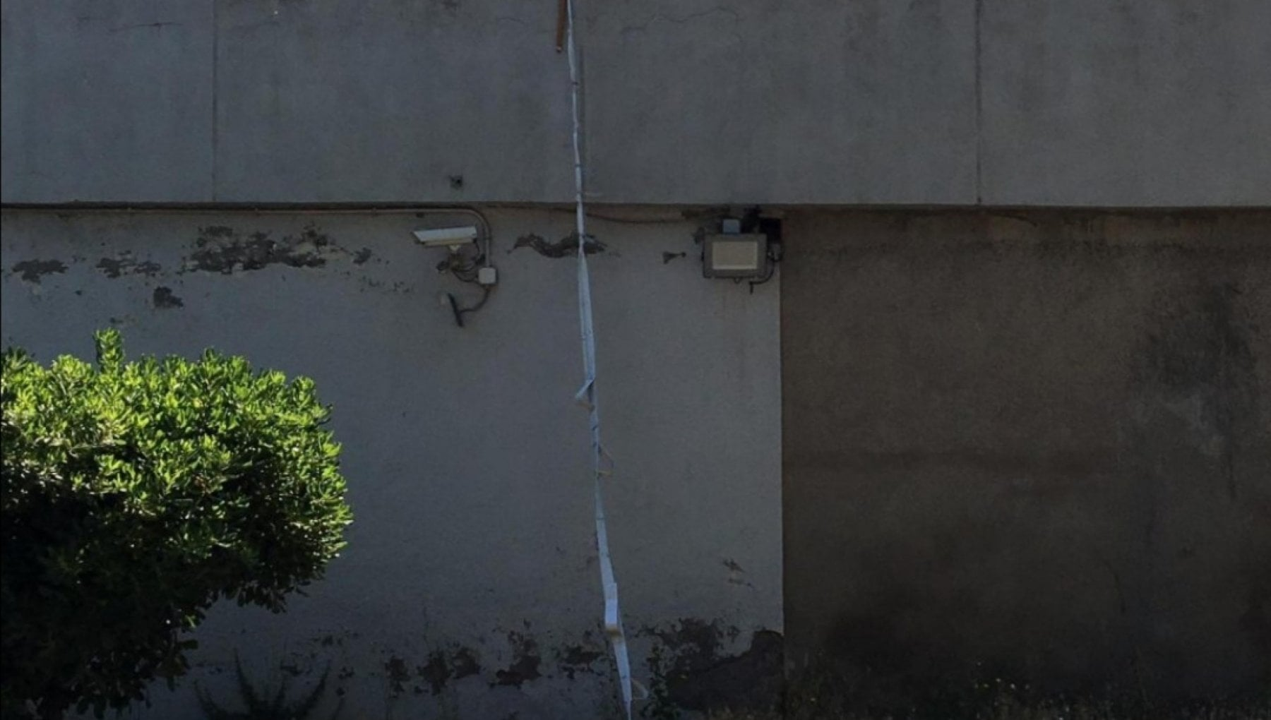 """""""È evaso dal carcere"""". Detenuto scavalca il muro di cinta e scappa: si tratta di un italiano di 41 anni"""