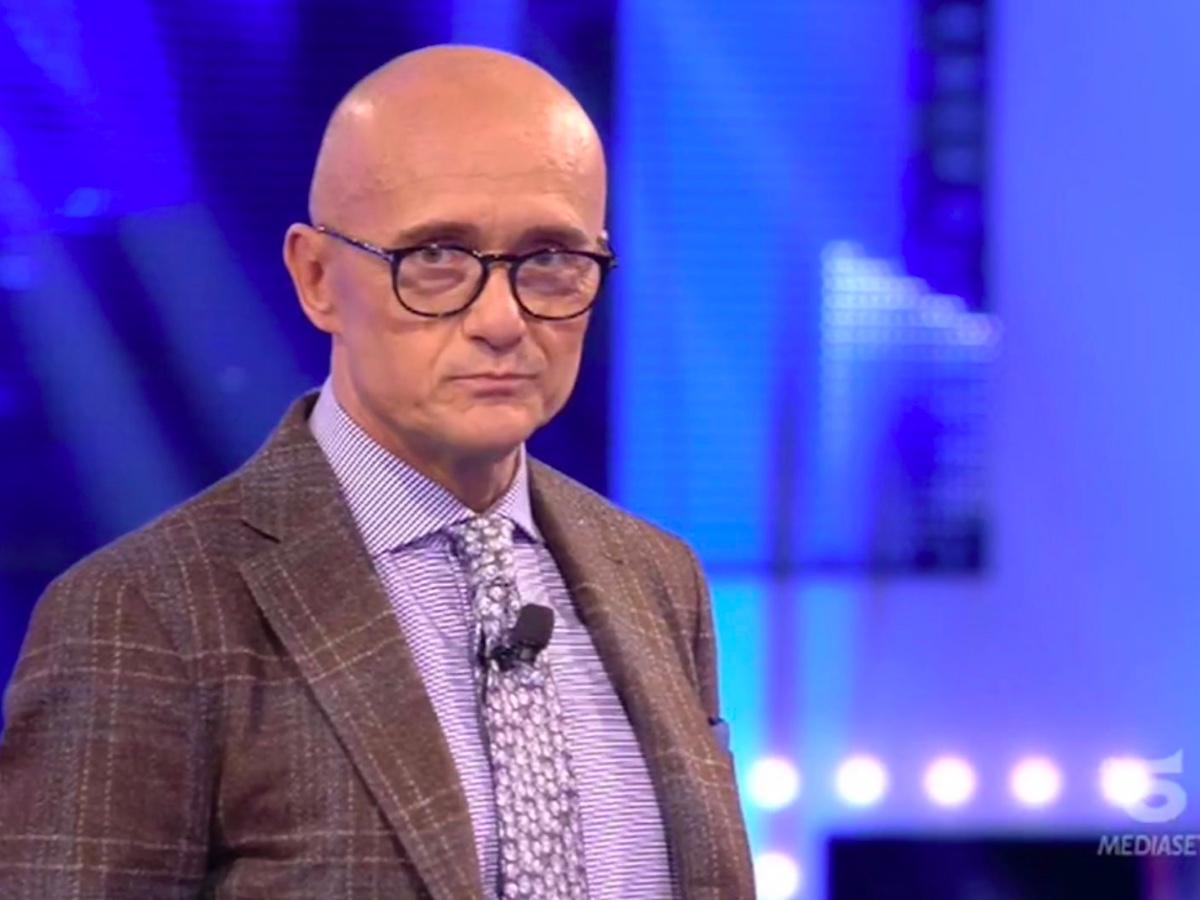 """""""Se ne facesse una ragione…"""". Alfonso Signorini, siluro contro Milly Carlucci. Il re del GF Vip 'vomita' tutto"""