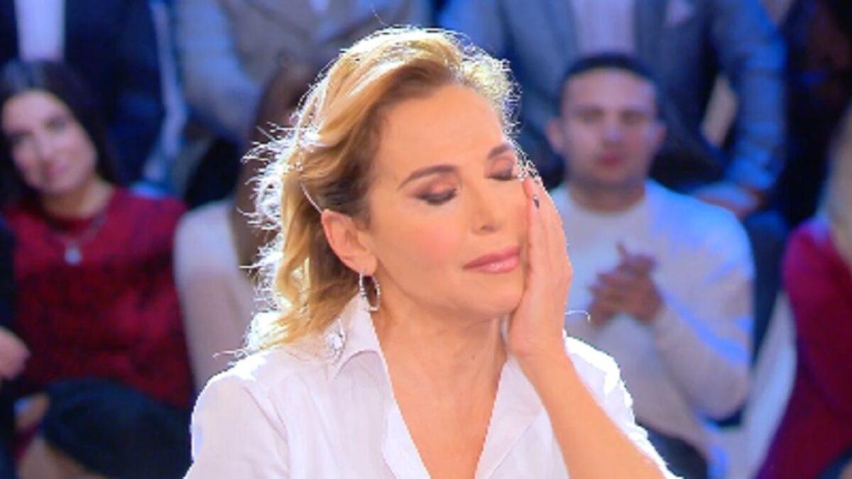 """""""Scusami, non lo sapevo…"""". Barbara D'Urso, gaffe epica con l'ospite vip. Succede tutto in diretta"""