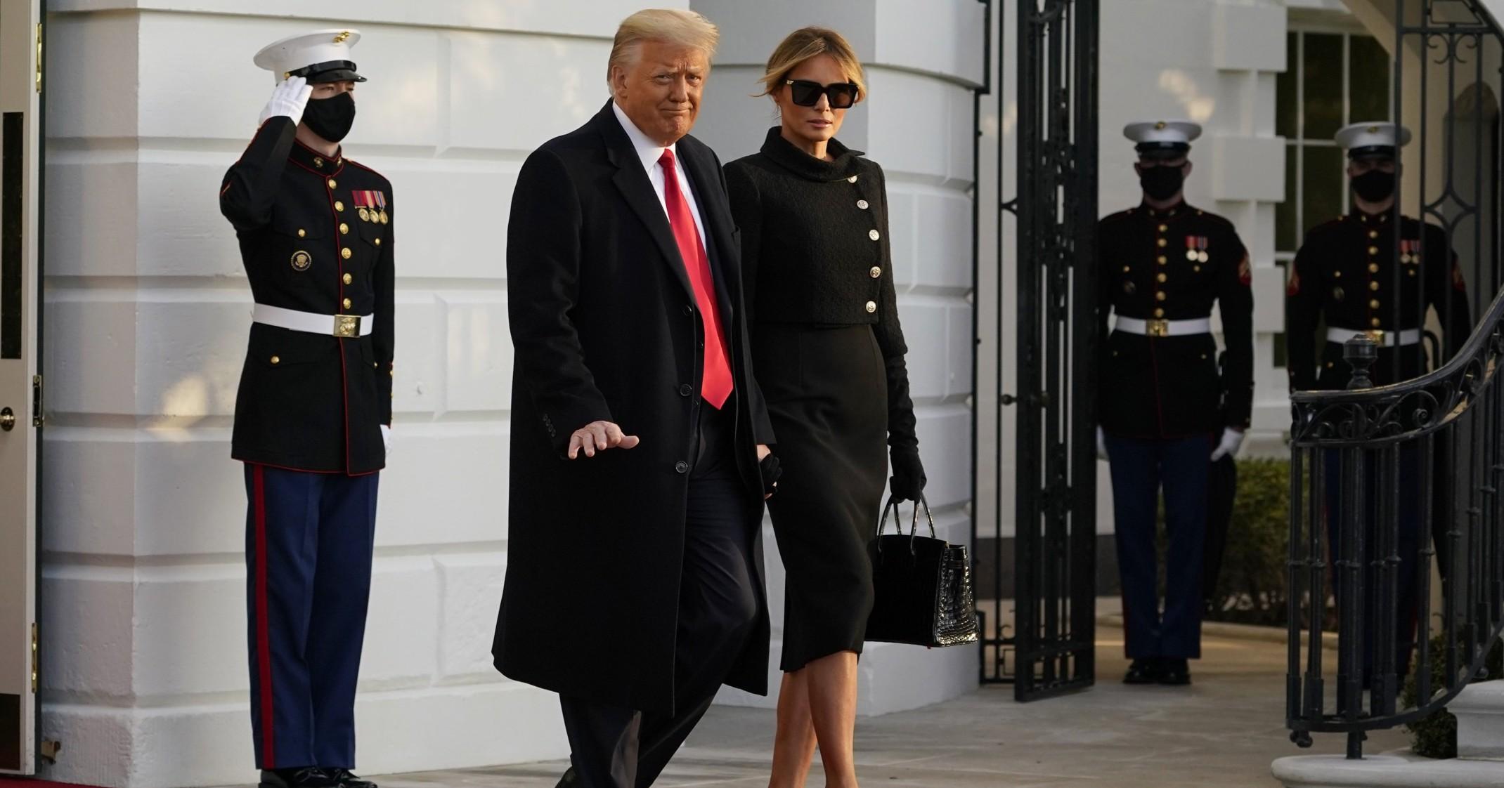 """""""Altro che uscita sobria"""". Melania Trump, tutti hanno notato quel curioso particolare durante l'addio alla Casa Bianca"""
