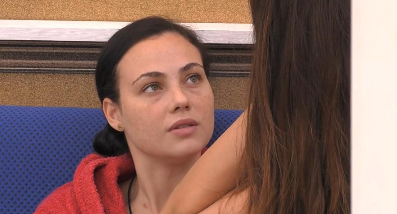 """""""Basta, voglio uscire di qui"""". GF Vip, Rosalinda sbotta: """"Sono inutile…"""". E spiega a tutti cosa è successo"""