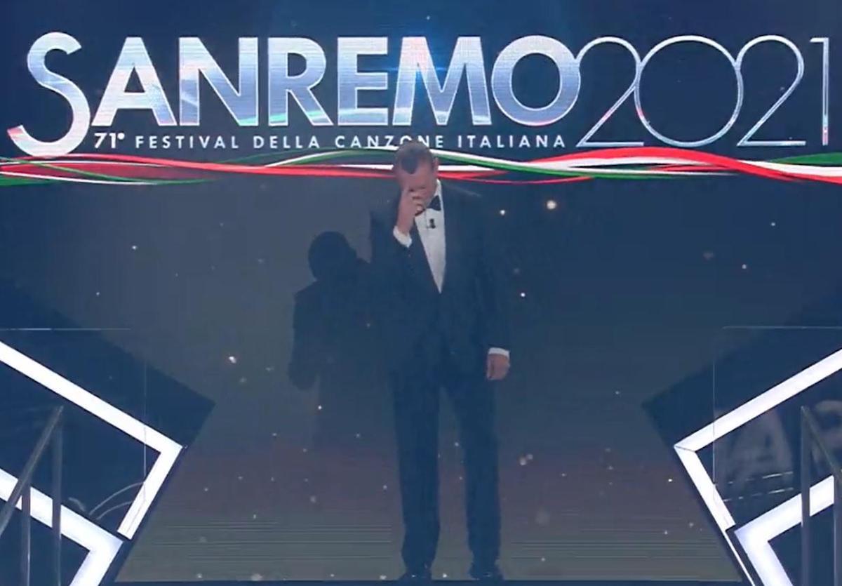 """""""Inaccettabile"""". Sanremo 2021, il gesto di Amadeus era passato inosservato. Ma ora è bufera"""