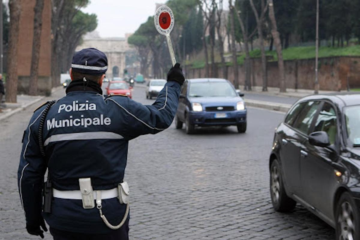 """""""Con la vostra multa mi ci pulisco il cu***"""". Multata per una infrazione, il magistrato inveisce contro i poliziotti"""