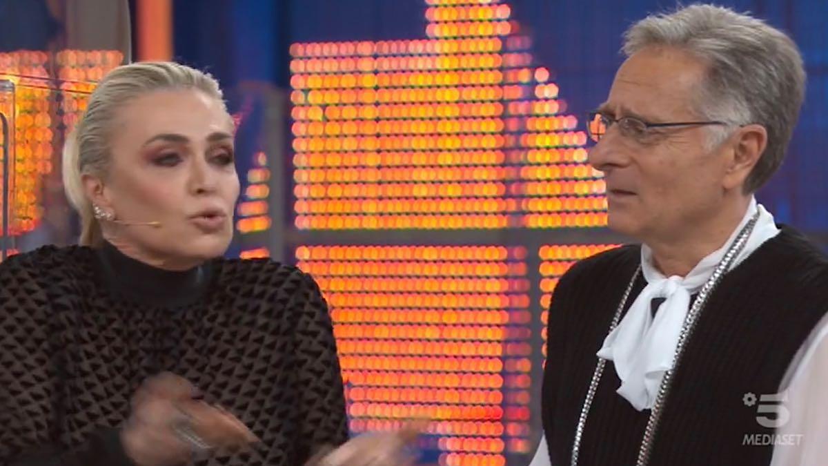 """""""Non tornare!"""". Avanti un altro, Paolo Bonolis se la prende con Paola Barale. Gelo in studio"""