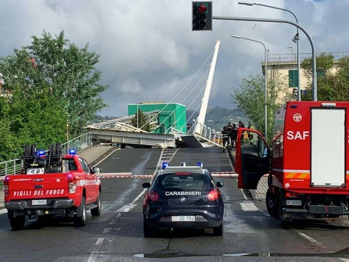 Ponte crolla nel centro della città. Traffico bloccato, sul posto vigili del fuoco e carabinieri