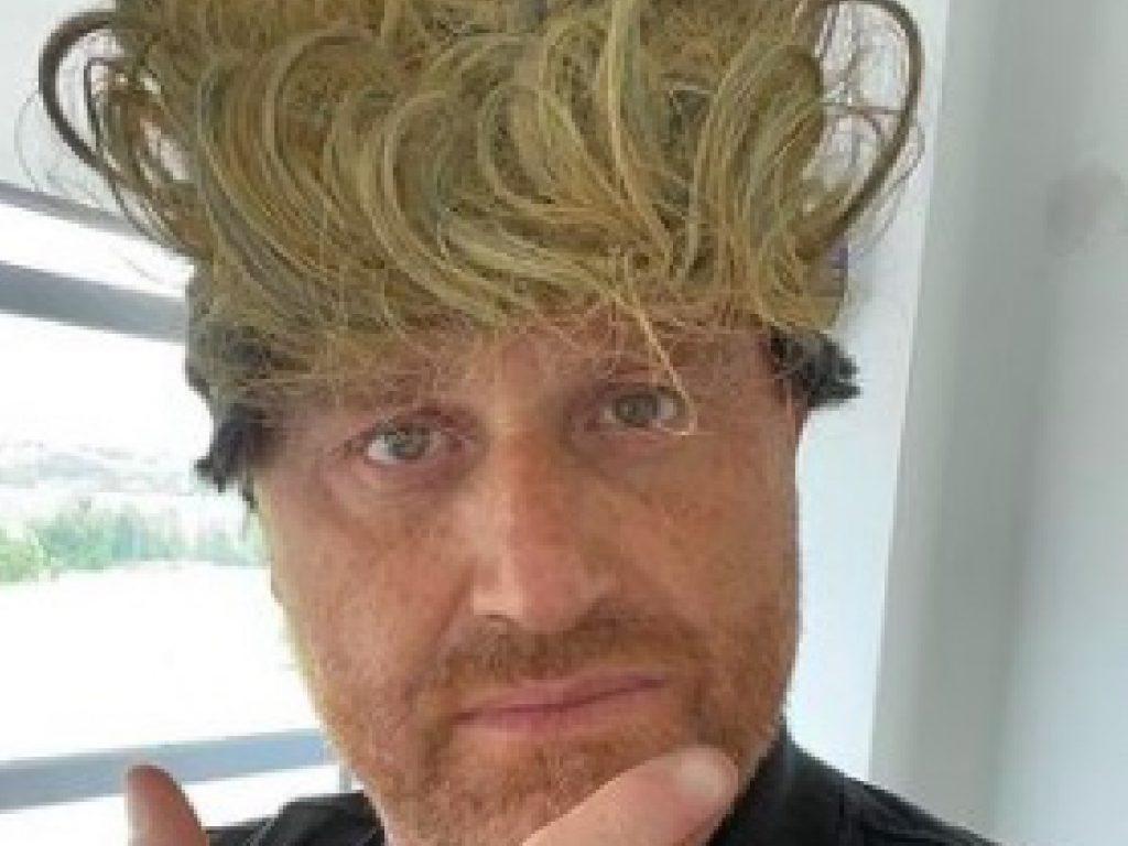 Amici 20, Rudy Zerbi imita Aka7even con una parrucca