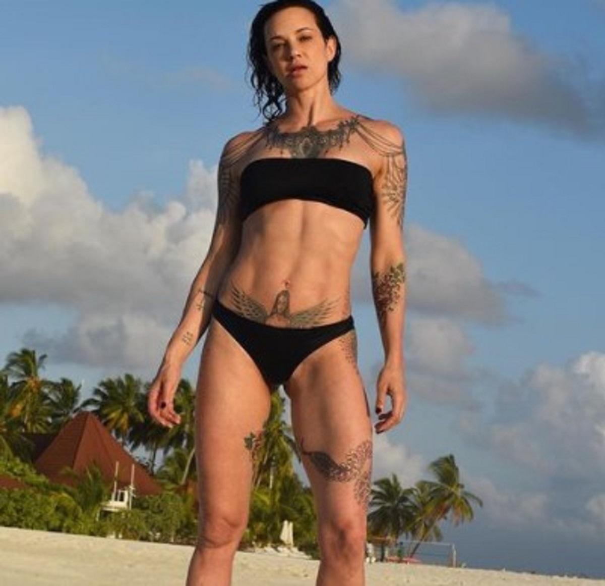 Asia Argento selfie topless tatuaggio petto
