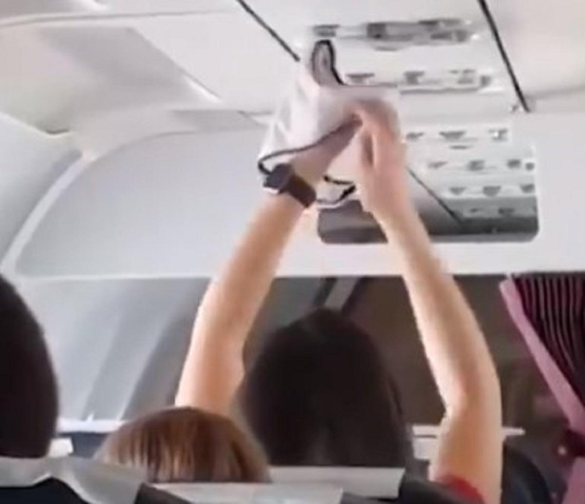 Lite volo Ryanair passeggera distanziamento sociale video