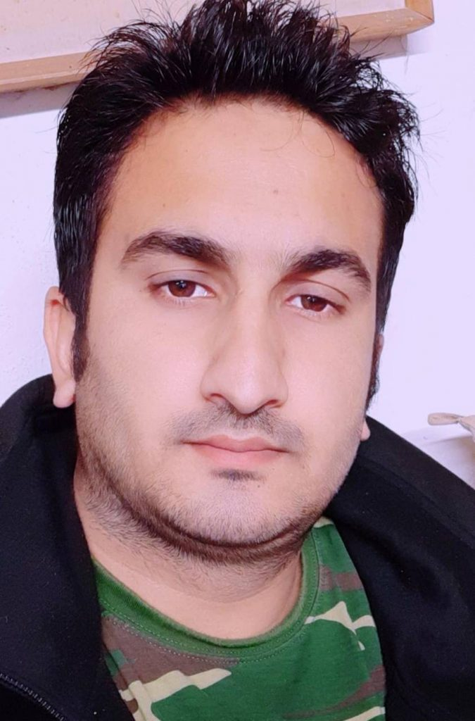 Ikram Ijaz davanti al gip