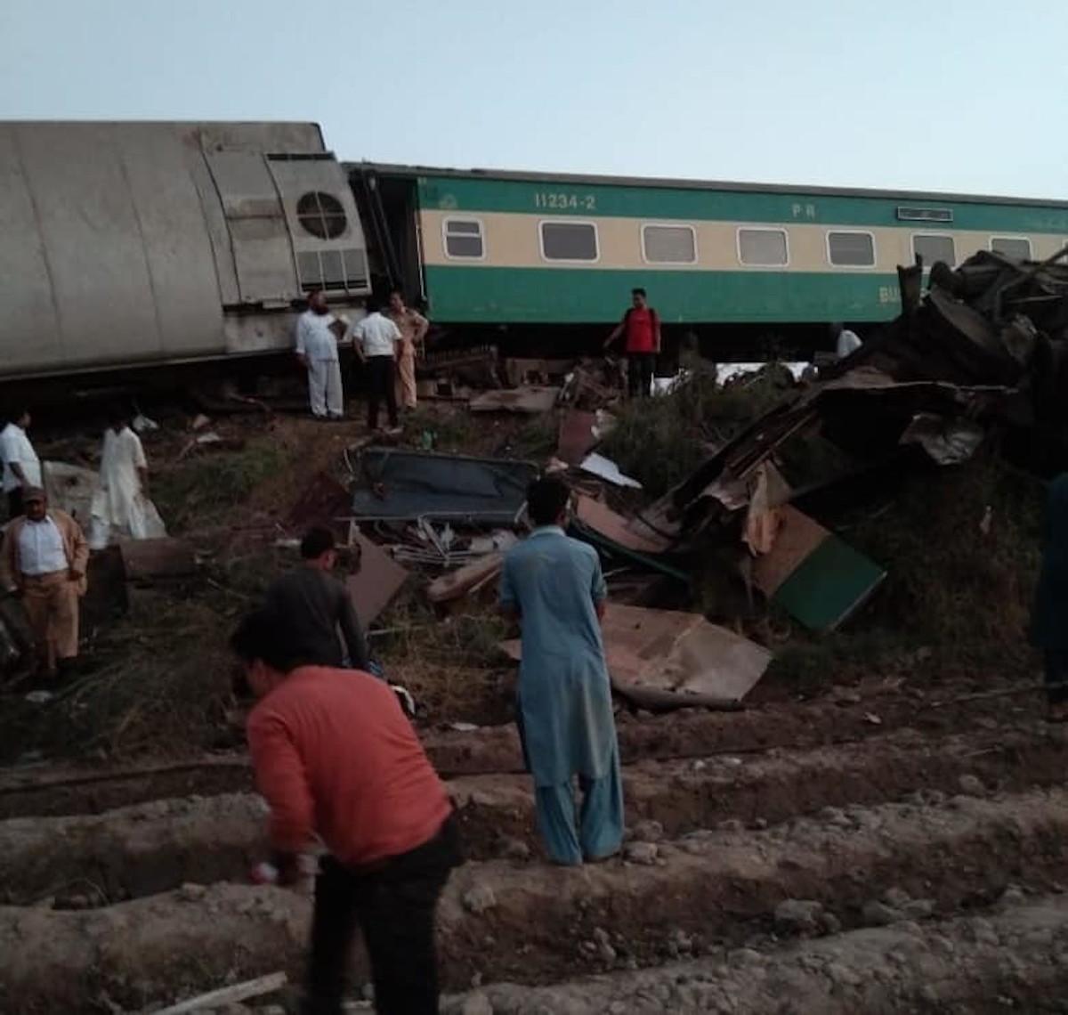 treno deraglia pakistan