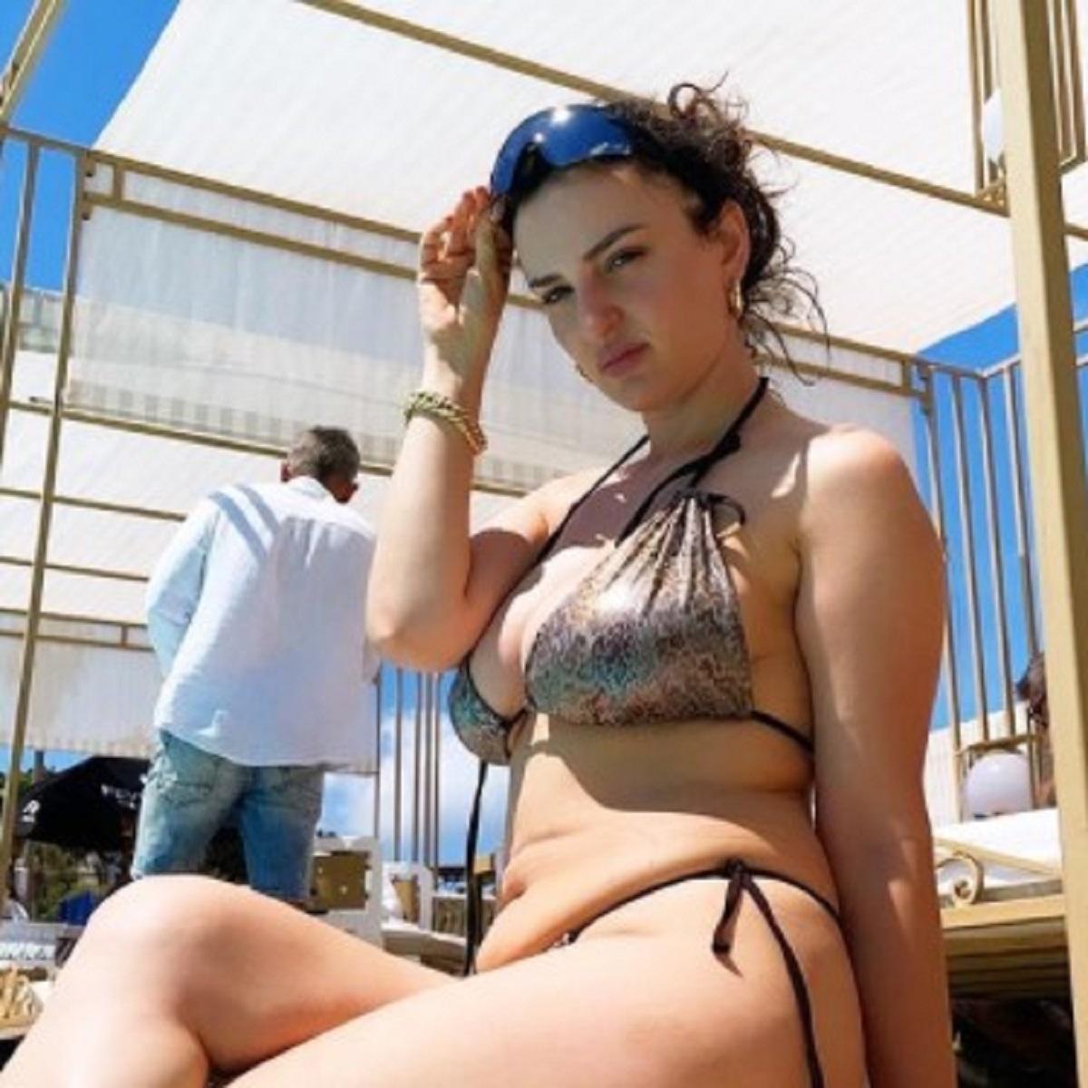 Arisa foto estate bikini bellezza cascata like