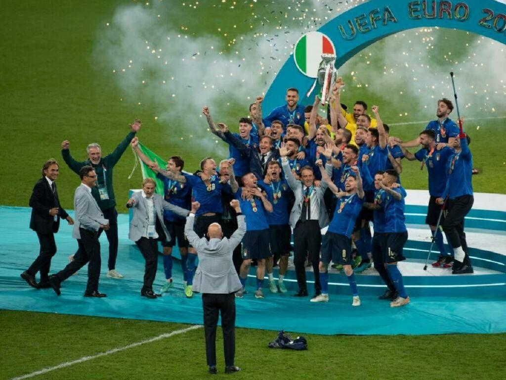 Euro 2020 vittoria Italia gesto medaglia sfilata Inghilterra