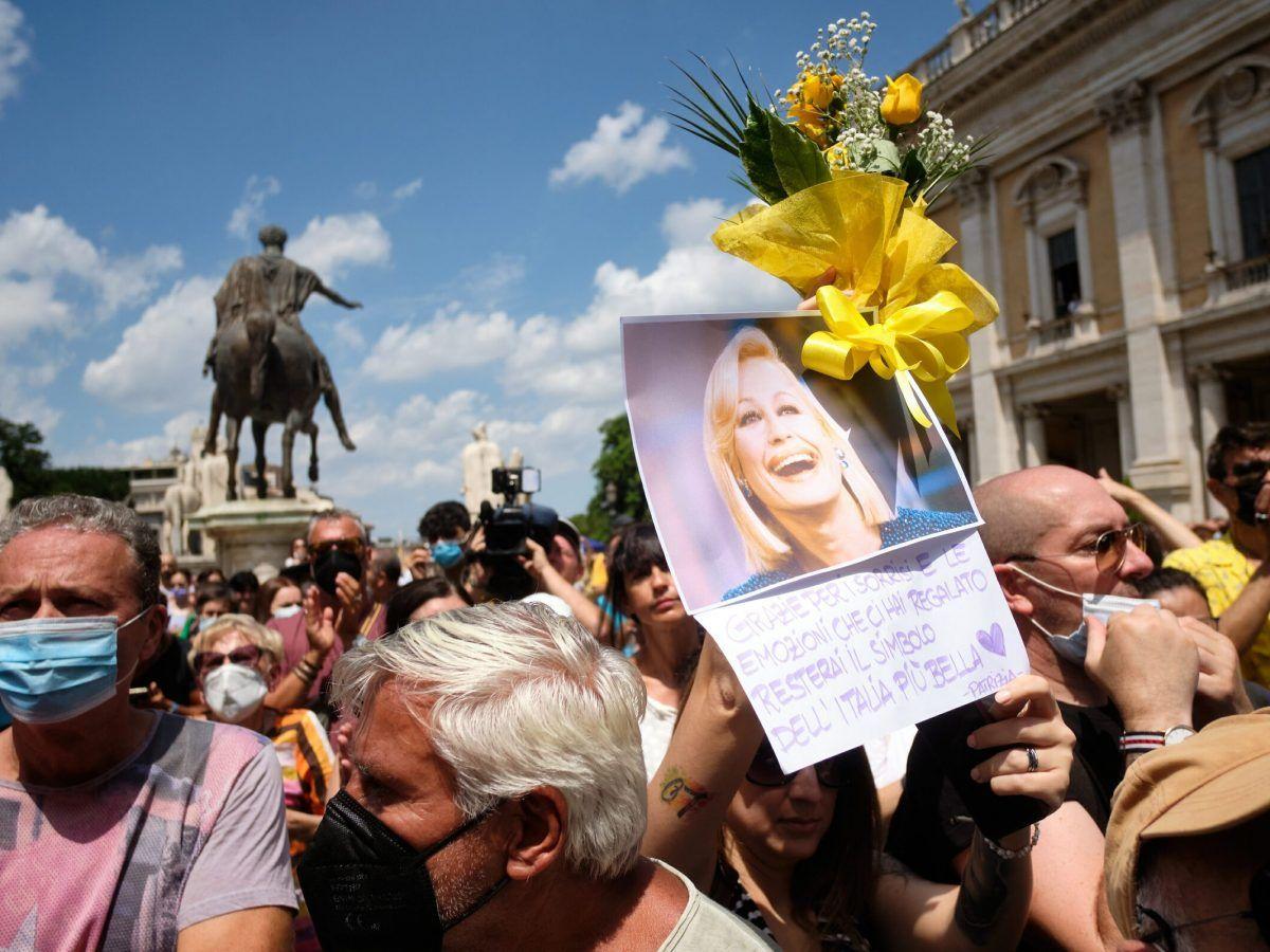 Raffaella Carrà Funerali Foto Bambini Significato