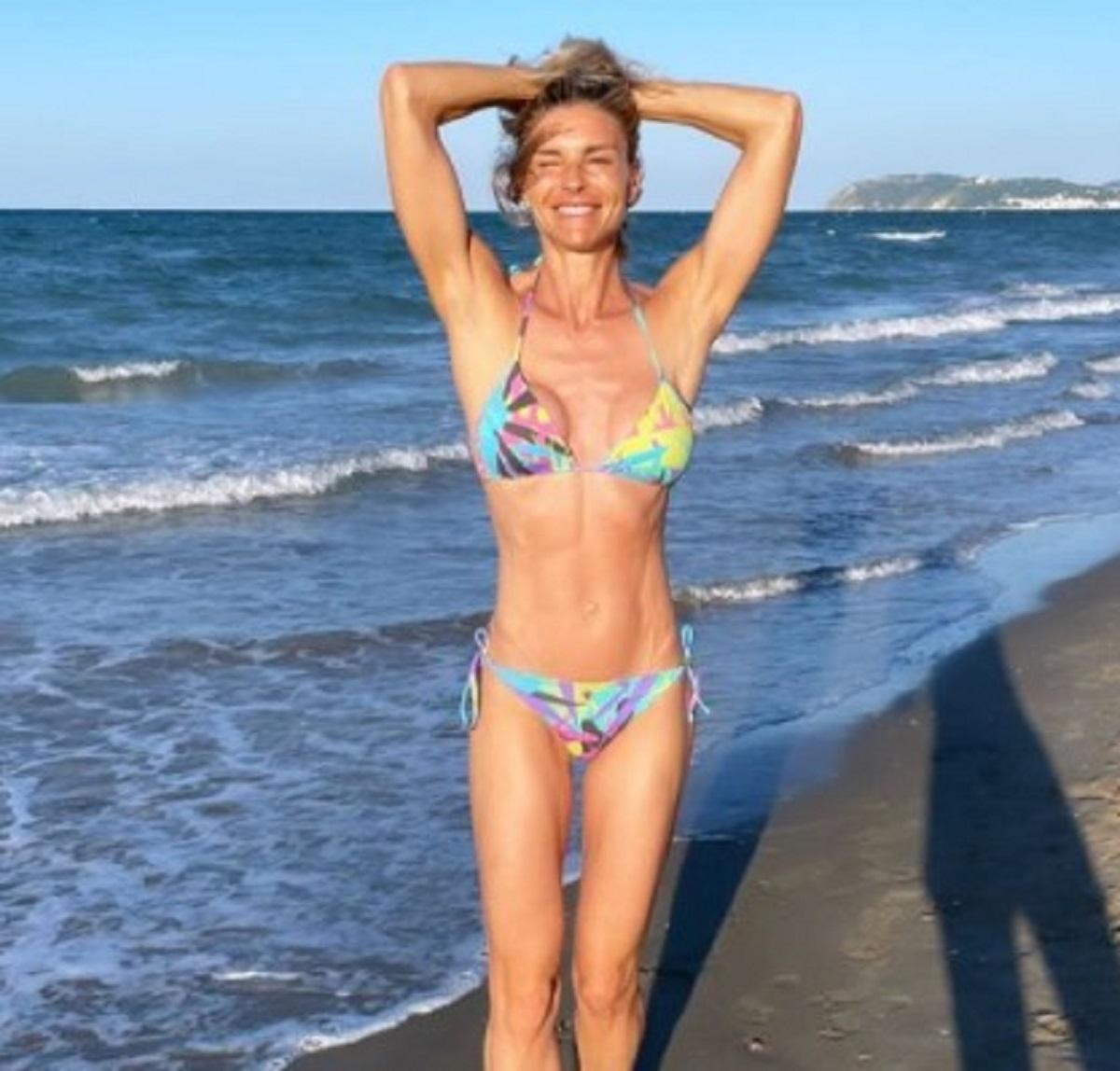 Martina Colombari foto spiaggia bombolone bufera