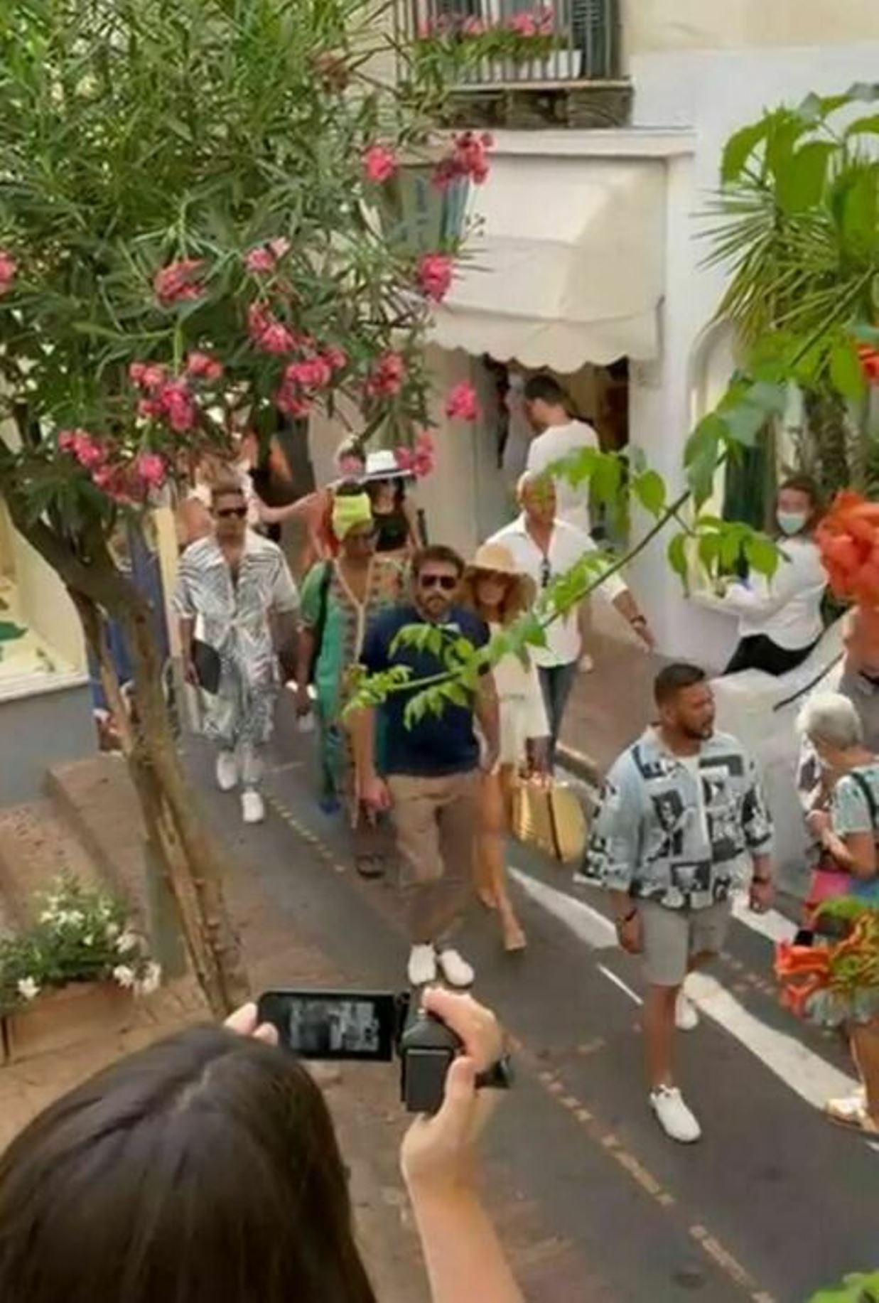 La coppia del momento arriva a Capri e tutti increduli. Poi applausi e selfie coi super vip