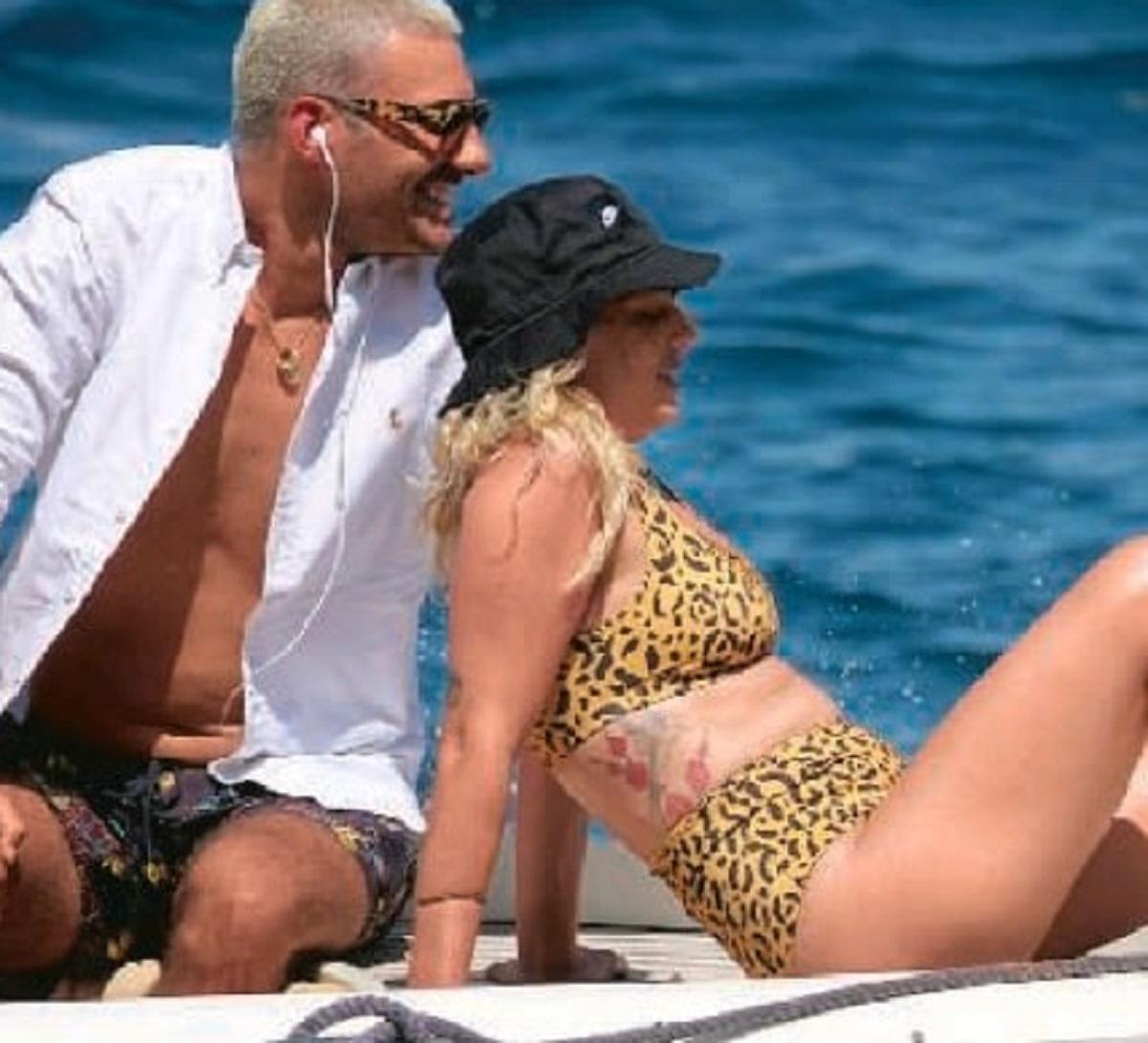 Emma Marrone paparazzata foto barca uomo misterioso biondo