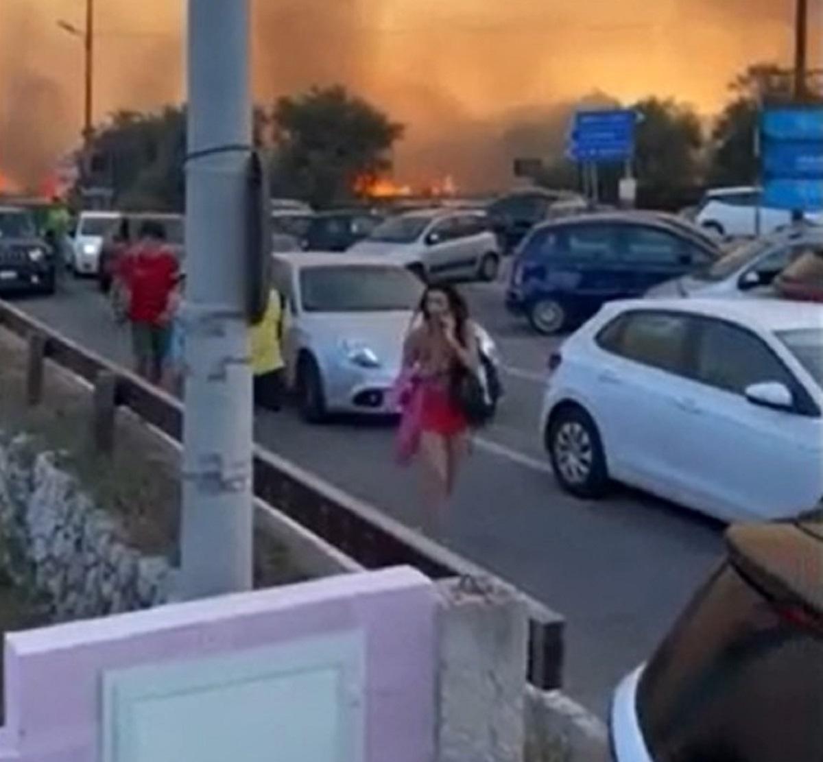 Otranto incendio bagnanti fuga panico