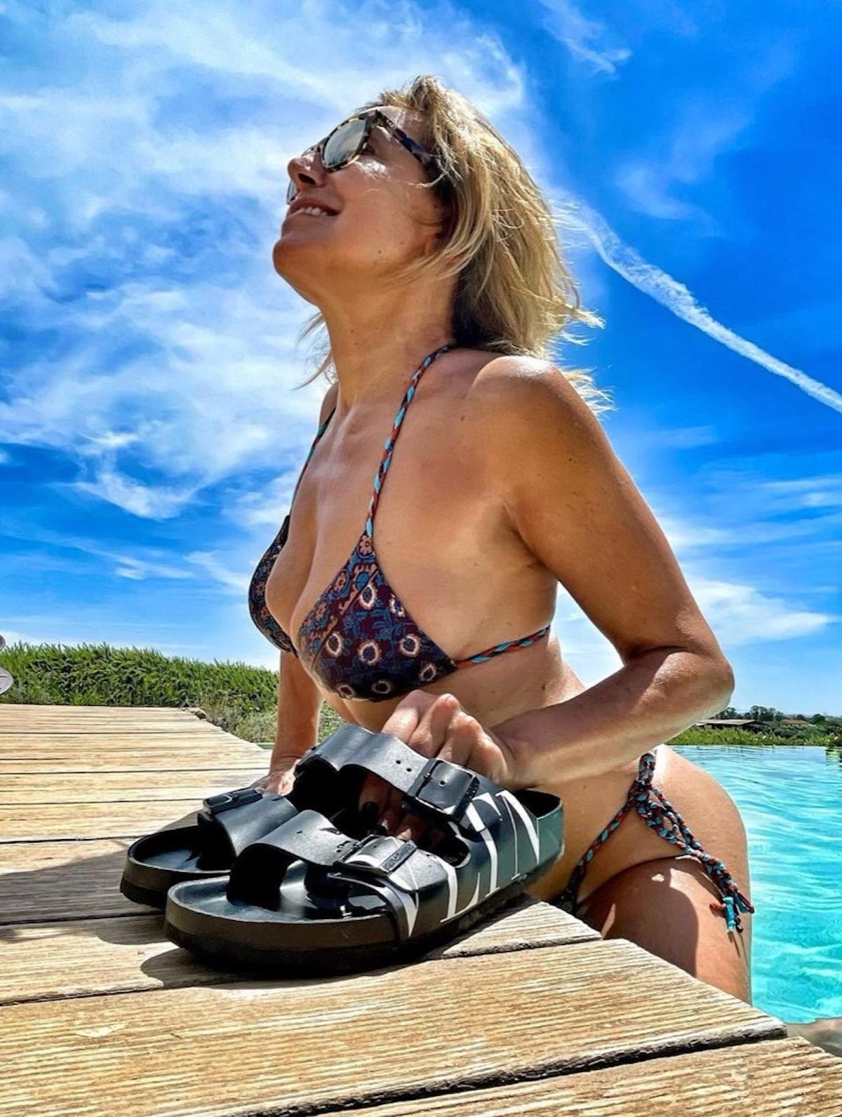 Barbara d'Urso bikini lato b 2021 critiche