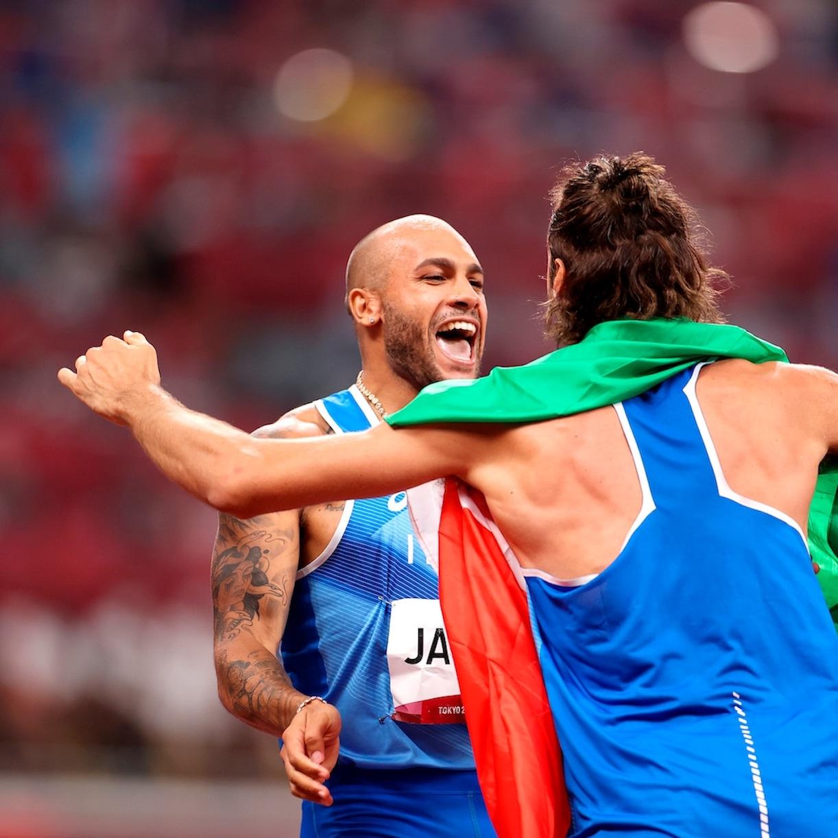 Perché gli atleti sul podio mordono la medaglia? Il motivo dietro al gesto