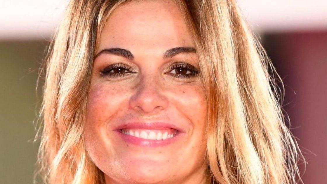 Vanessa Incontrada ai Seat Music Awards: tubino rosso e tacchi a spillo. Ma in camerino...