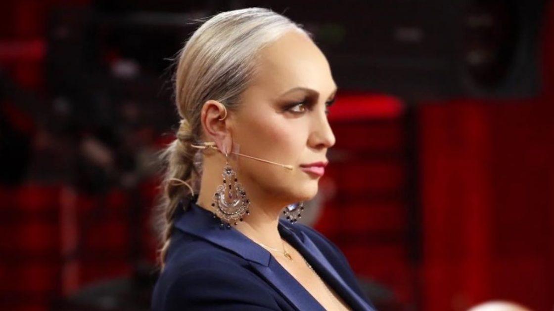Alessandra Celentano irriconoscibile capelli al naturale