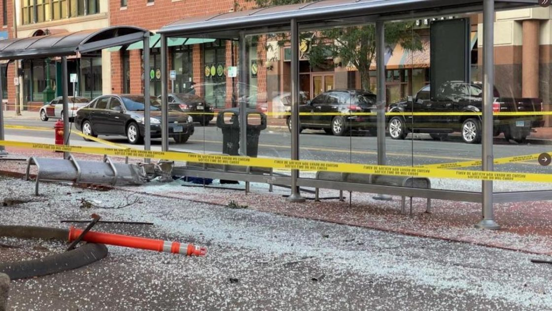 Hartford, auto si schianta su una pensilina del bus