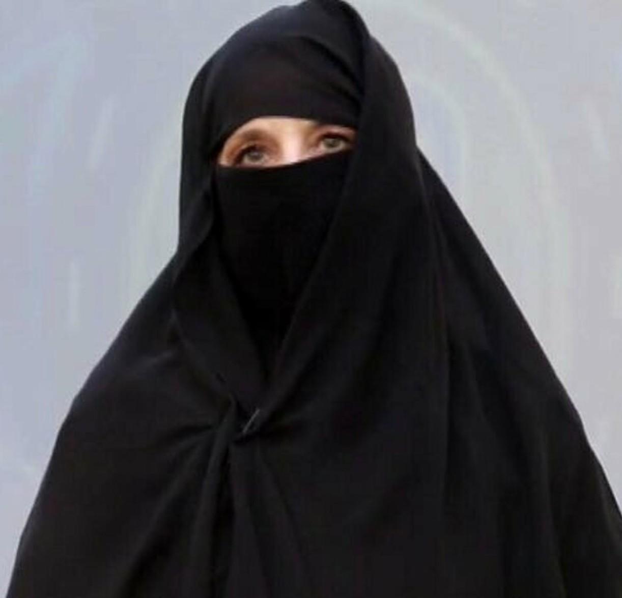 """""""Vatti a cambiare"""". GF Vip, la concorrente si presenta in niqab. E la polemica scatta immediata"""