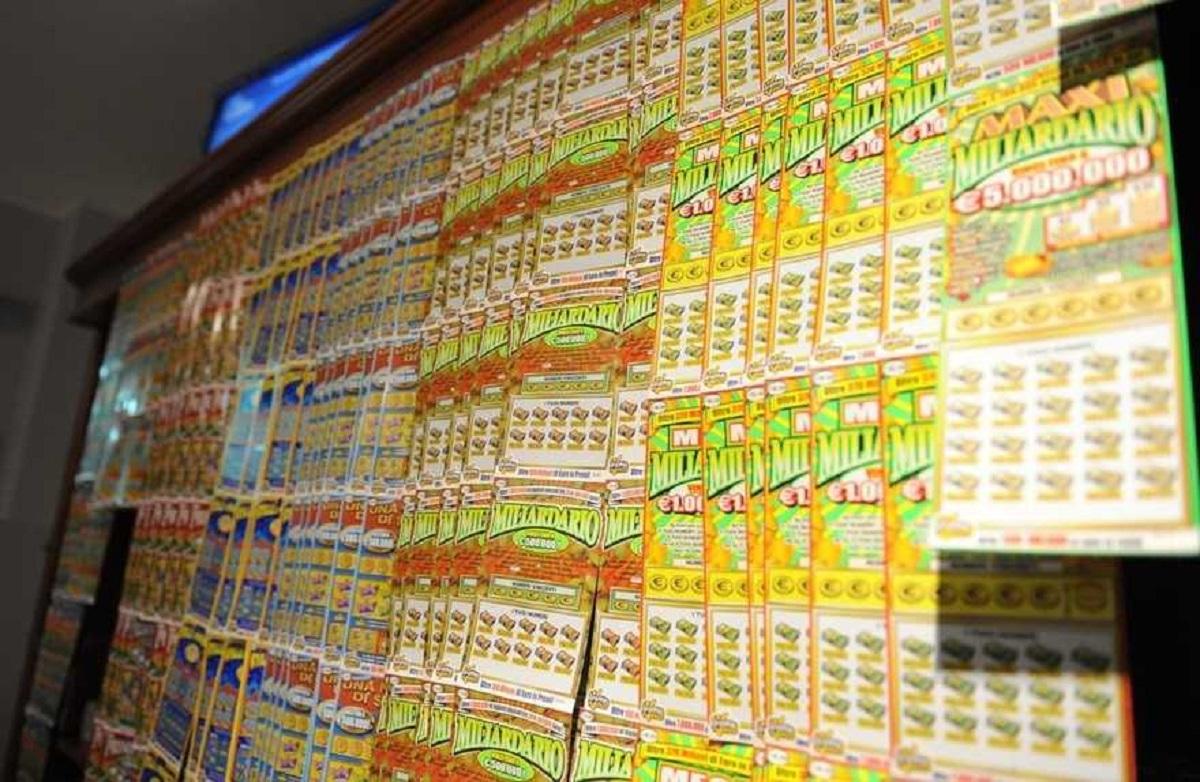 Napoli anziana biglietto vincente lotteria tabaccaio fuga scooter