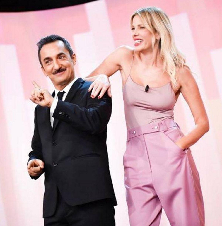 """""""Una vera rivoluzione"""". Le Iene, dopo l'addio di Alessia Marcuzzi ecco chi sarà sul palco con Nicola Savino"""