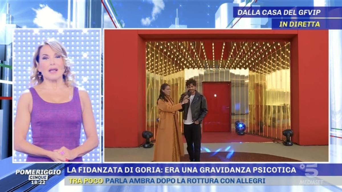 Barbara D'Urso, gaffe in diretta col concorrente del GF Vip 6. Prima l'ospite, poi lei: si è sentito tutto