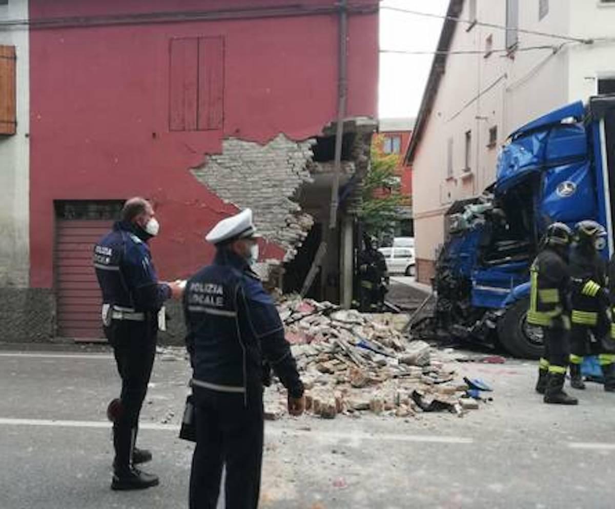 Calerno di Sant'Ilario camion contro casa morto