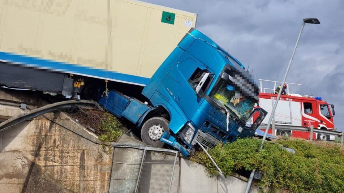 Incidente Perugia Camion Bilico Scarpata