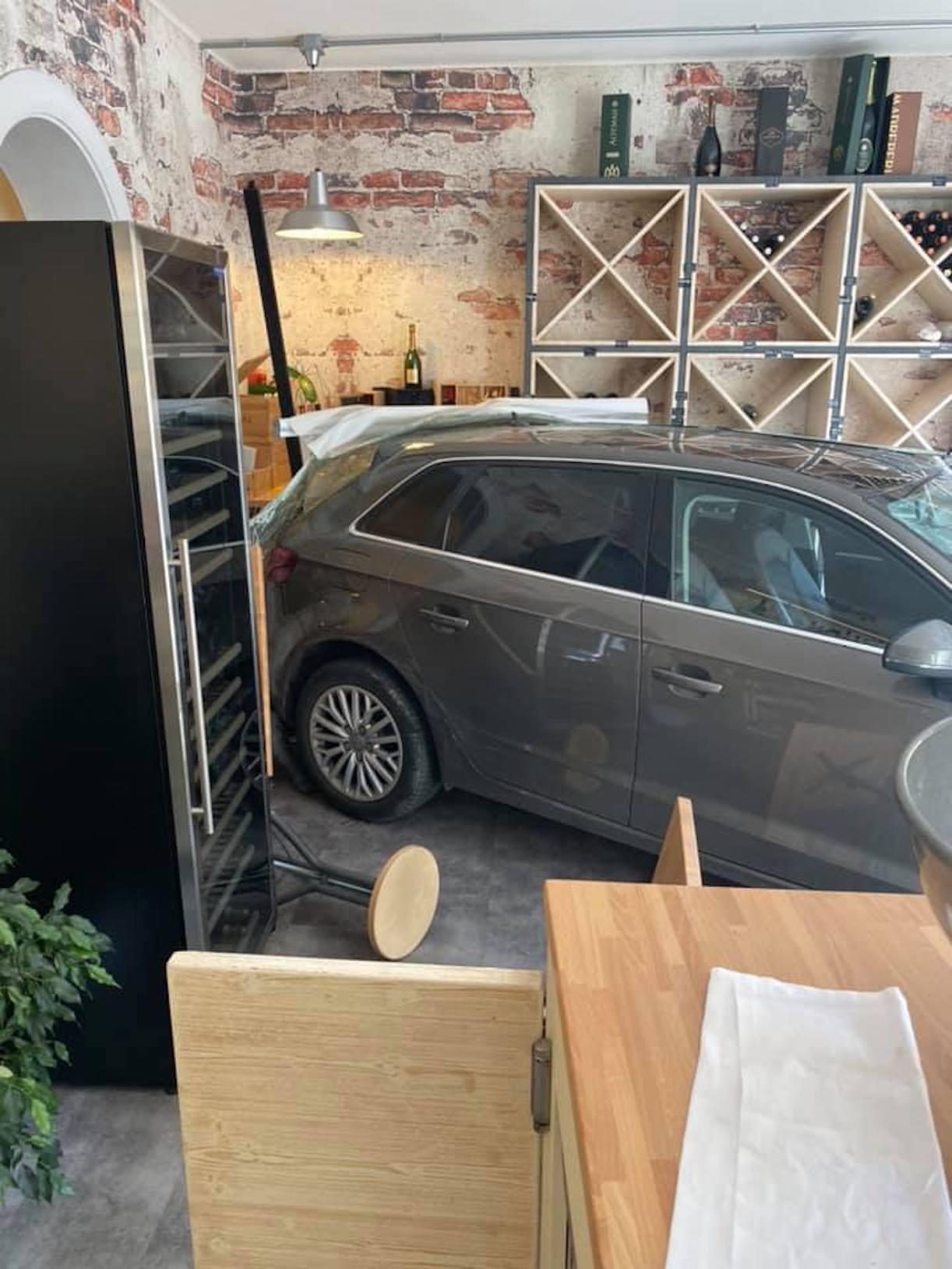 Alessandra Moretti auto distrugge wine bar