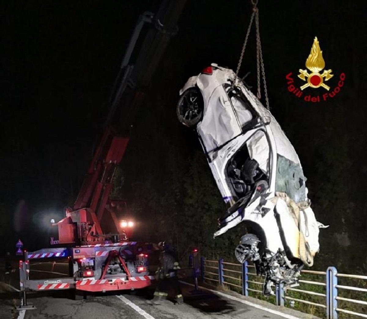 """Auto nella scarpata, morti due ventenni e tre feriti gravi: sono tutti giovanissimi. """"Un volo di 30 metri"""""""